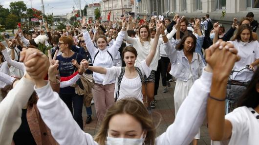 Тысячи людей выходят наулицы Минска