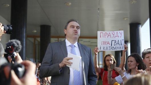 Ещеодин белорусский министр сбежал отпротестующих подкрики «Позор!»