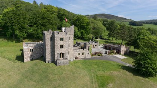 Замок влюбившегося убийцы-миллионера выставили напродажу