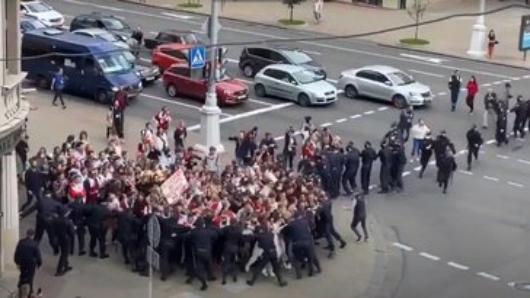 Студенты вМинске прорвали оцепление уздания КГБ