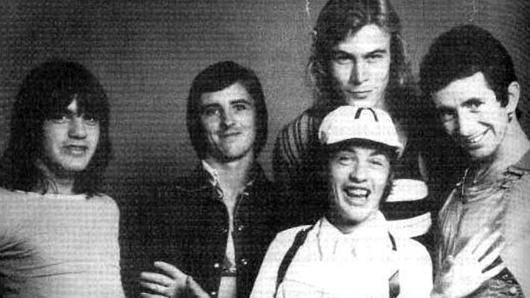 Умер бывший басист AC/DC